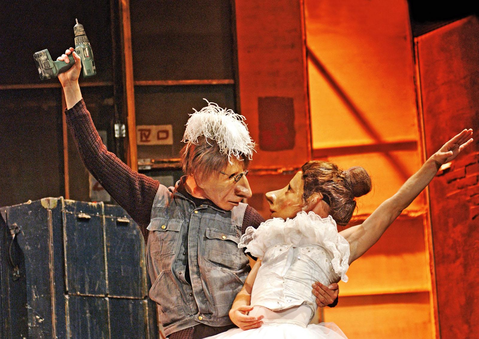 PÚBLICO - A vida mascarada por detrás do palco