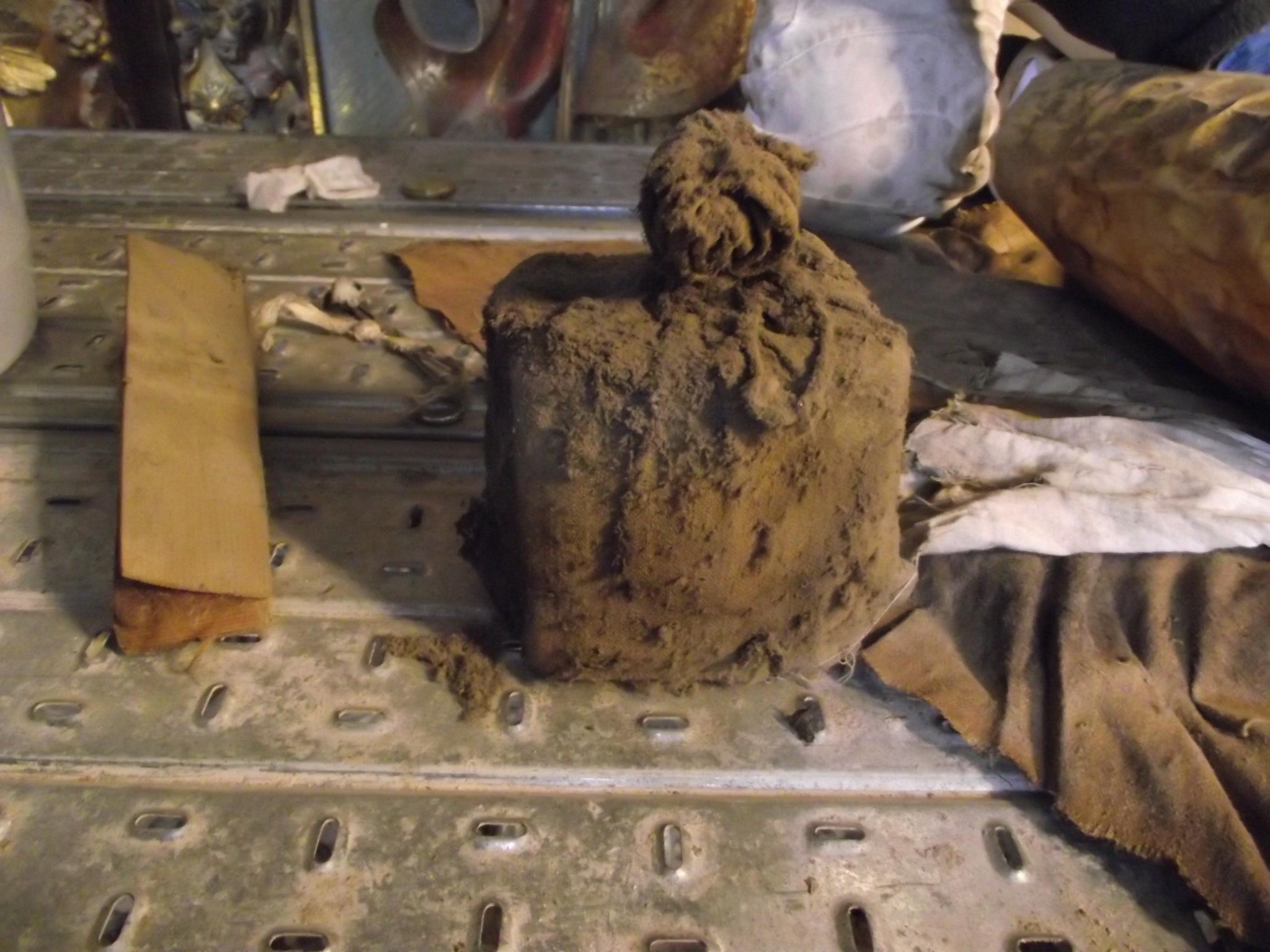 A limpeza de uma coluna num altar da Sé Nova de Coimbra revelou um embrulho que conservava documentos históricos, alguns com 400 anos