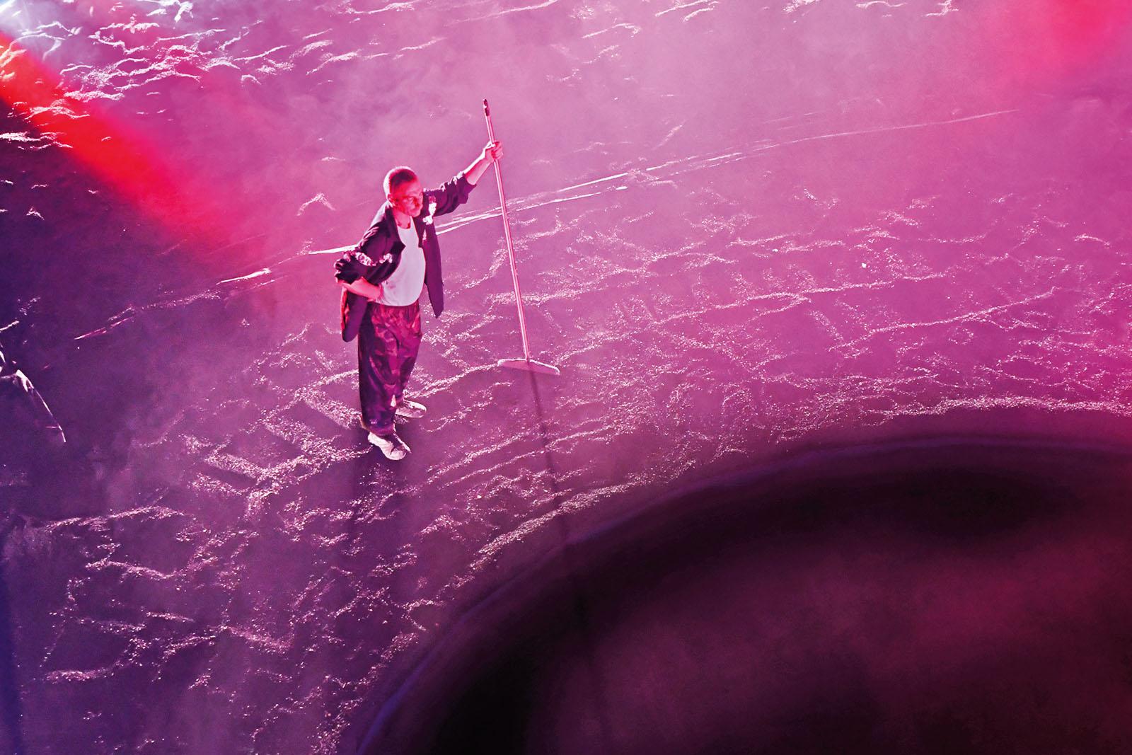 PÚBLICO - À volta de um buraco negro está o teatro em queda livre
