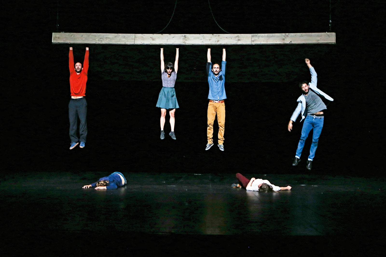 PÚBLICO - Seis corpos, uma instrução: manterem-se de pé
