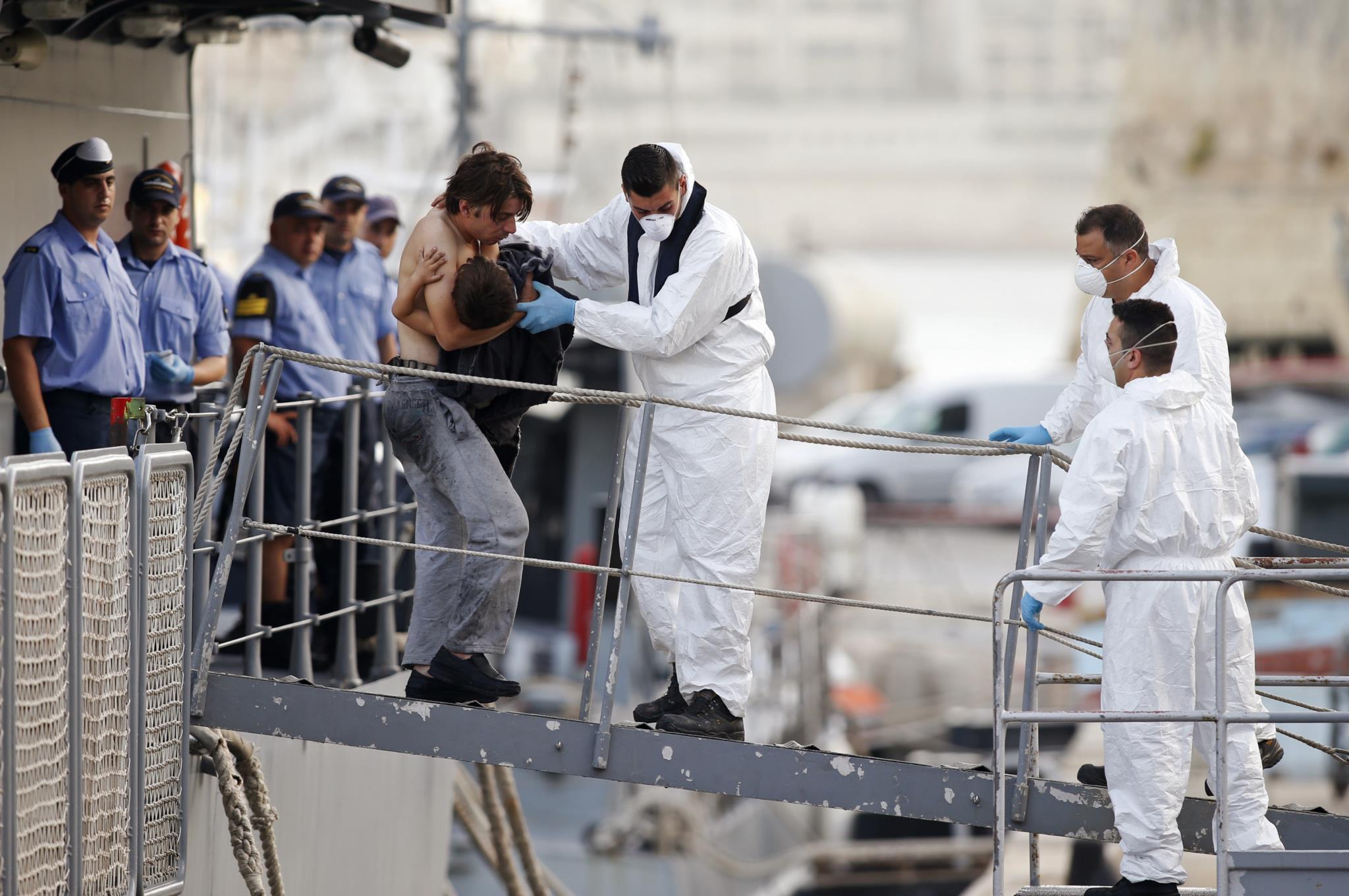Sobreviventes do naufrágio chegam ao porto de La Valetta, um dia após o incidente.
