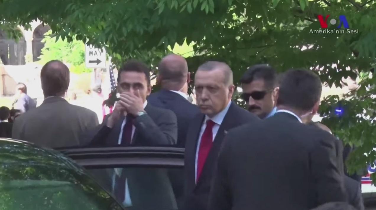 Imagens do vídeo em que Erdogan aparenta indicar o início do ataque aos manifestantes, antes de se deslocar para a residência do embaixador turco