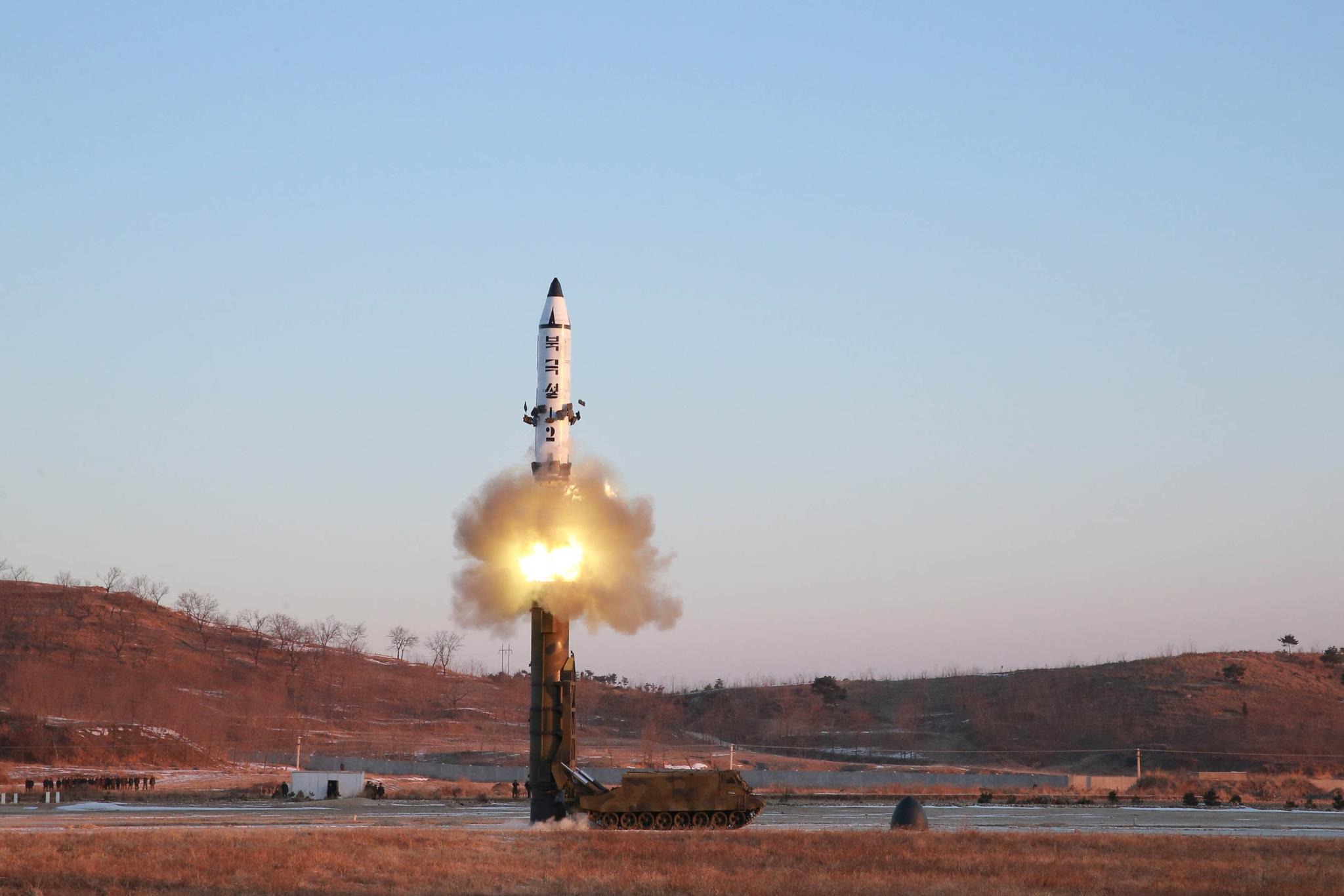 Image result for A altitude e a velocidade do míssil norte-coreano tornou difícil a sua intercepção