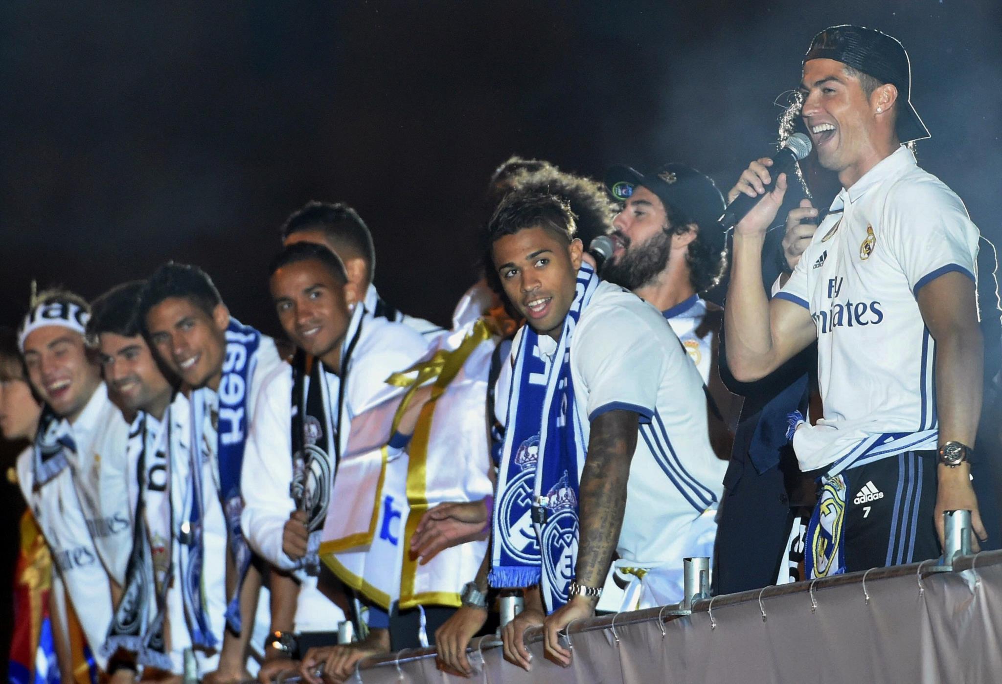 """PÚBLICO - Real Madrid desafia de megafone o grande rival do Twitter: """"Piqué, felicita o campeão!"""""""