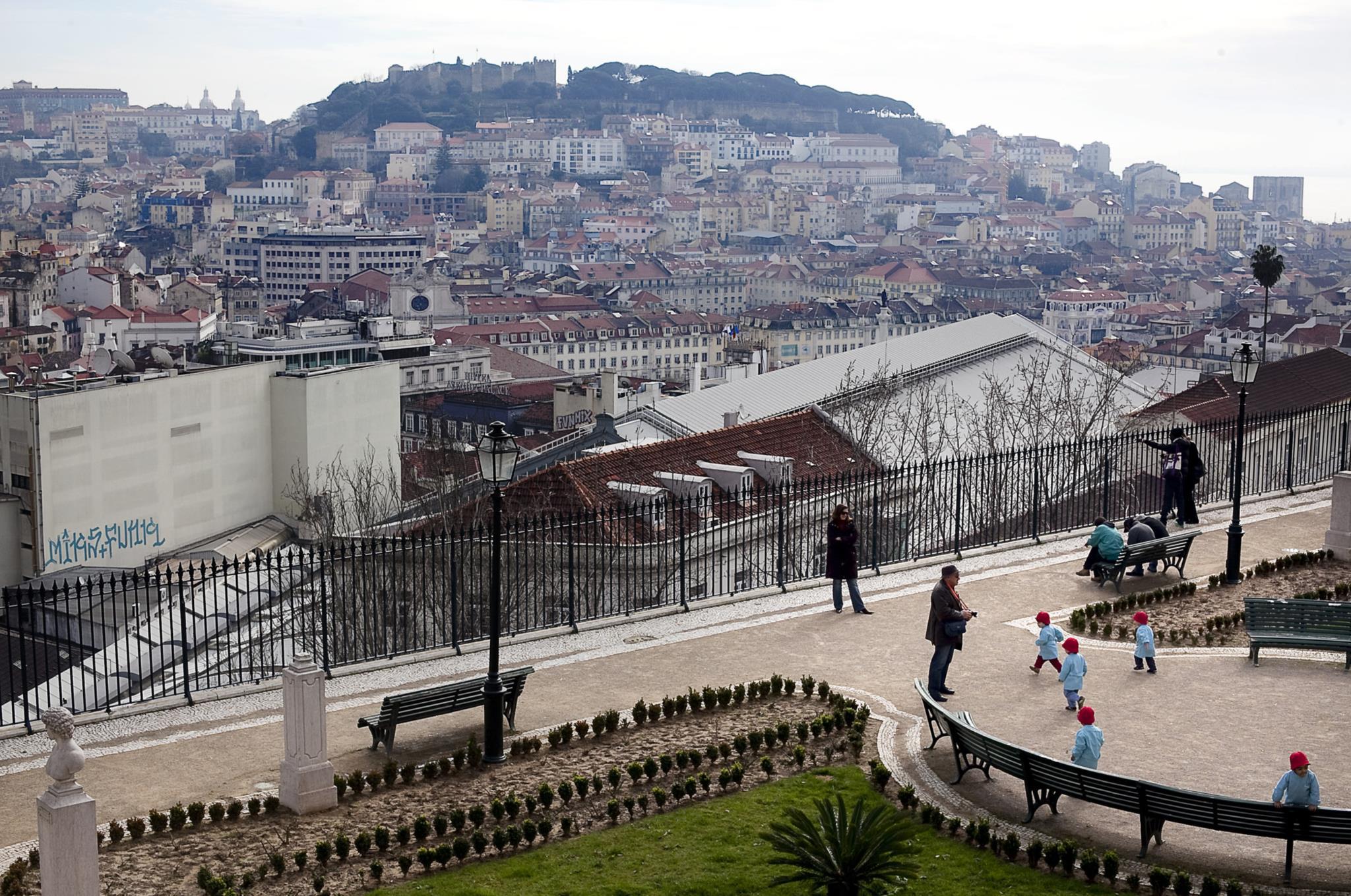 PÚBLICO - Fissuras no miradouro de S. Pedro de Alcântara, em Lisboa, obrigam a obras urgentes