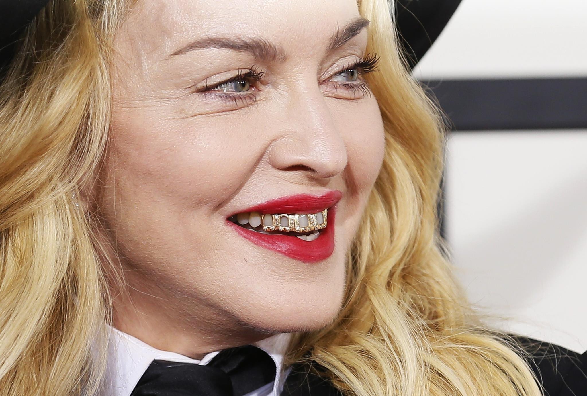 PÚBLICO - Madonna põe deputados municipais a olhar para um buraco