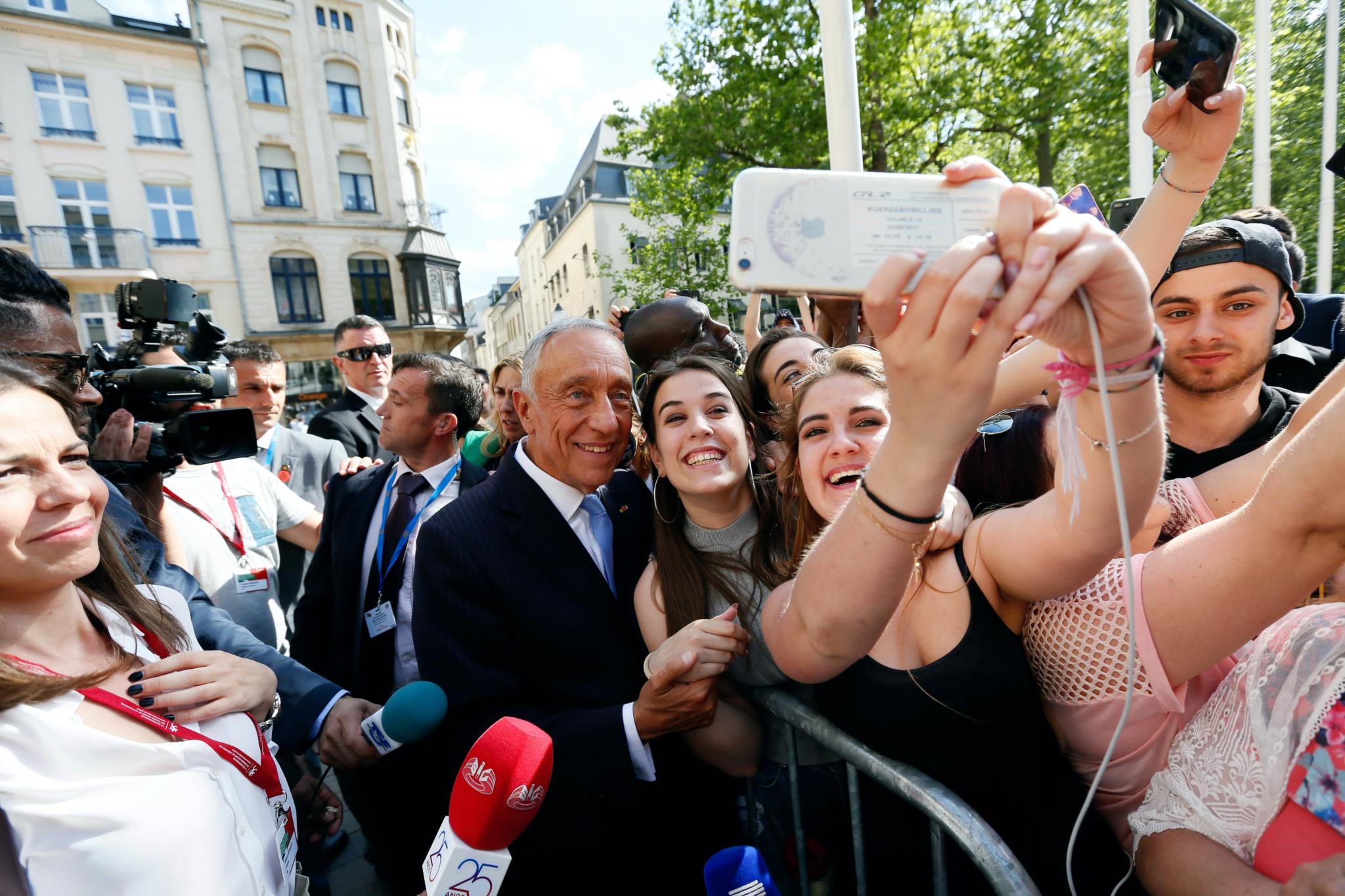 PÚBLICO - Os portugueses saíram à rua no Luxemburgo para ver Marcelo passar