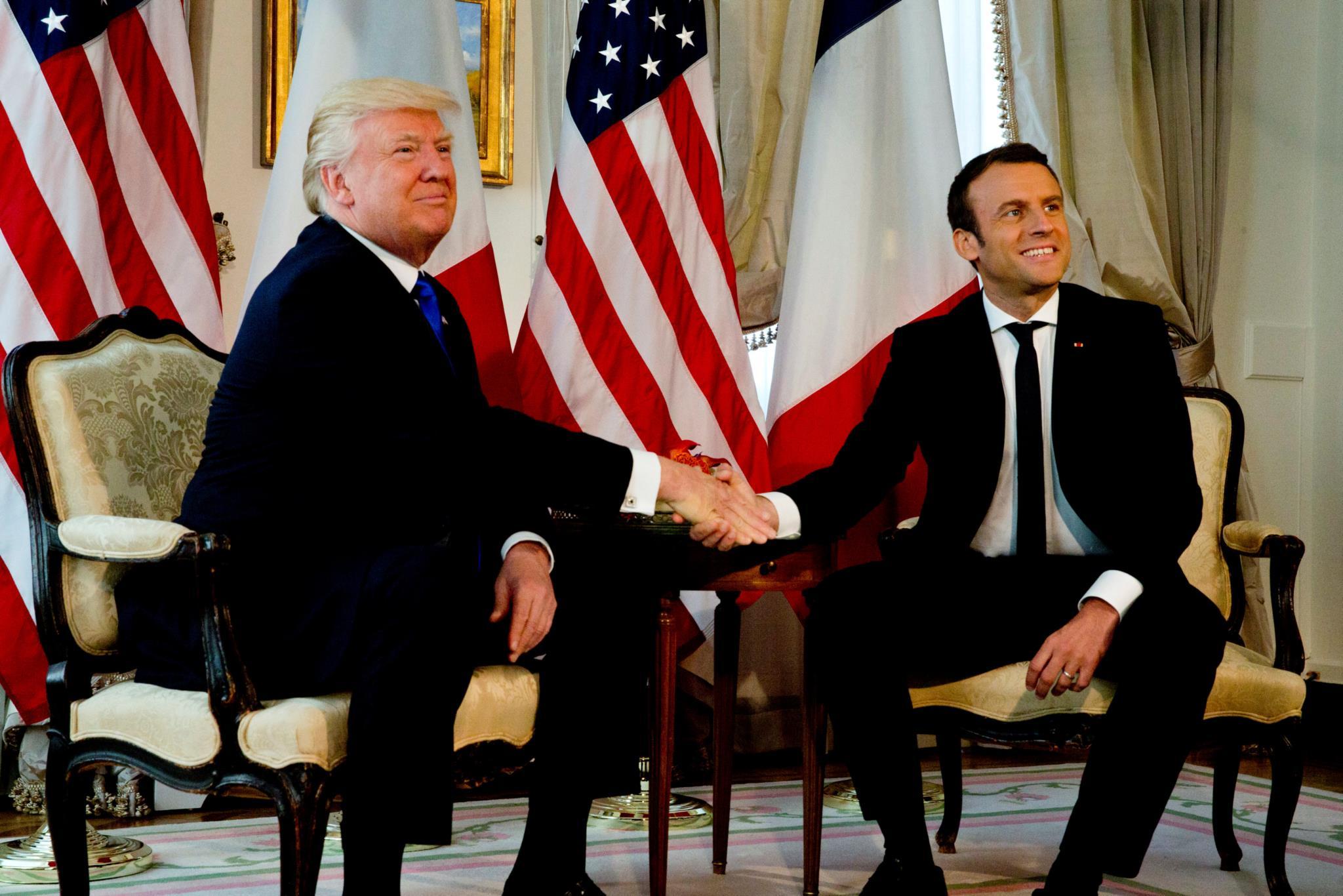PÚBLICO - Emmanuel Macron vence Trump na sua própria batalha: os <i>TrumpShakes</i>