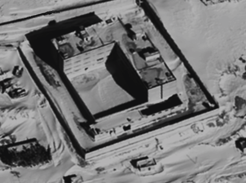PÚBLICO - Por que derrete a neve no tecto desta prisão síria? (E será um tecto?)