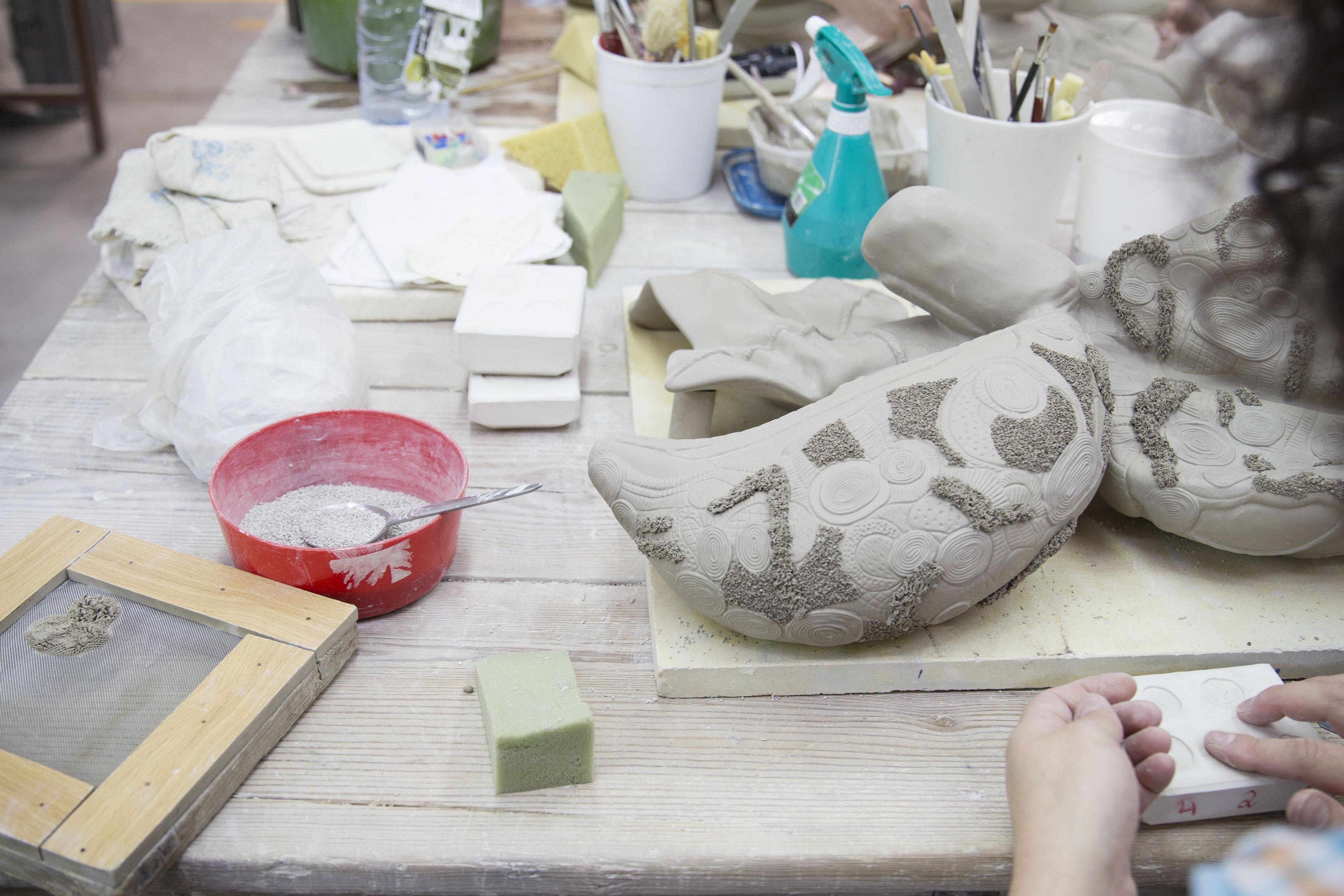 PÚBLICO - Na barriga da fábrica Bordallo para ver nascer arte em cerâmica