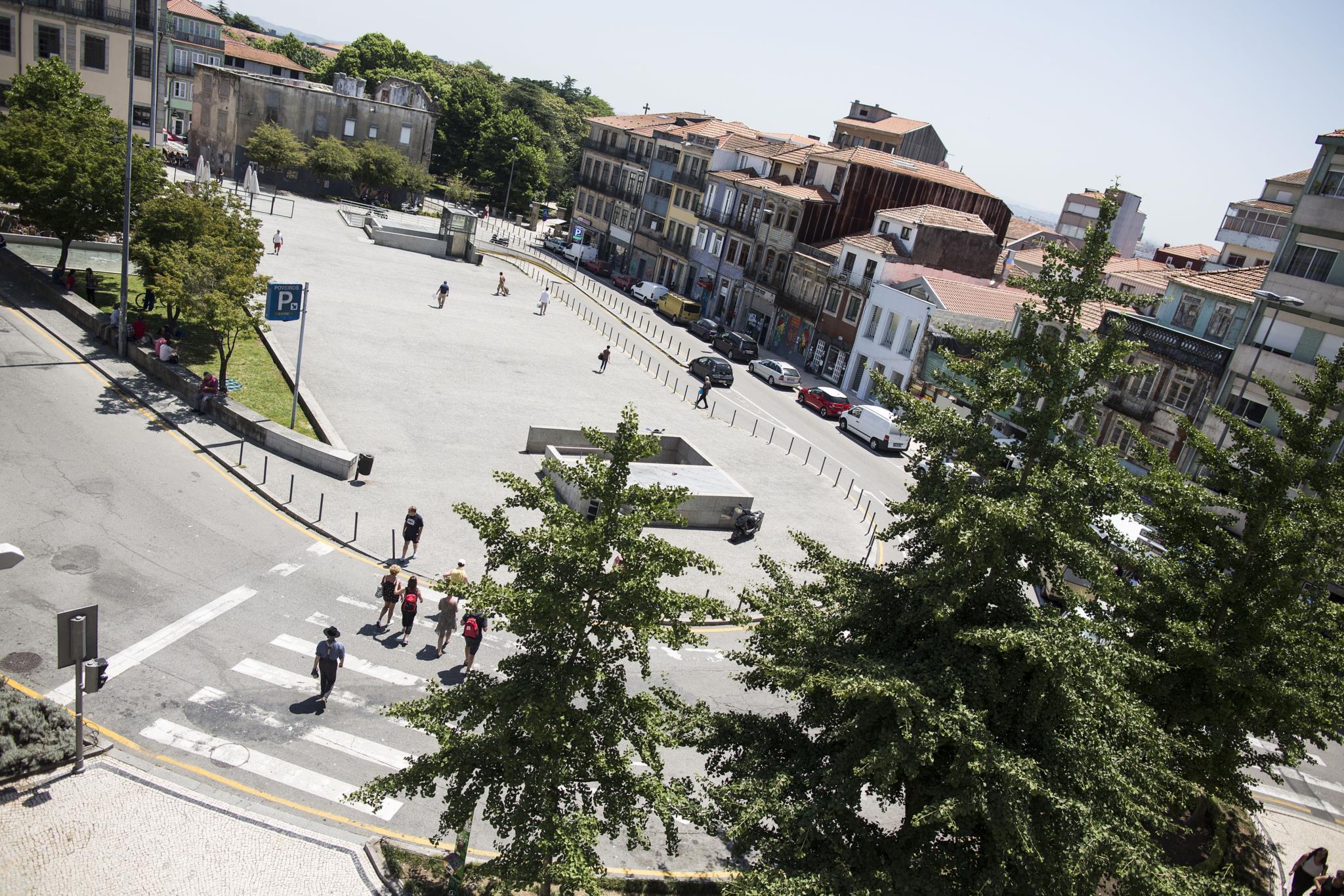 """PÚBLICO - Há nova vida na Praça dos Poveiros, o quarteirão """"bairrista"""" que não pára de crescer"""
