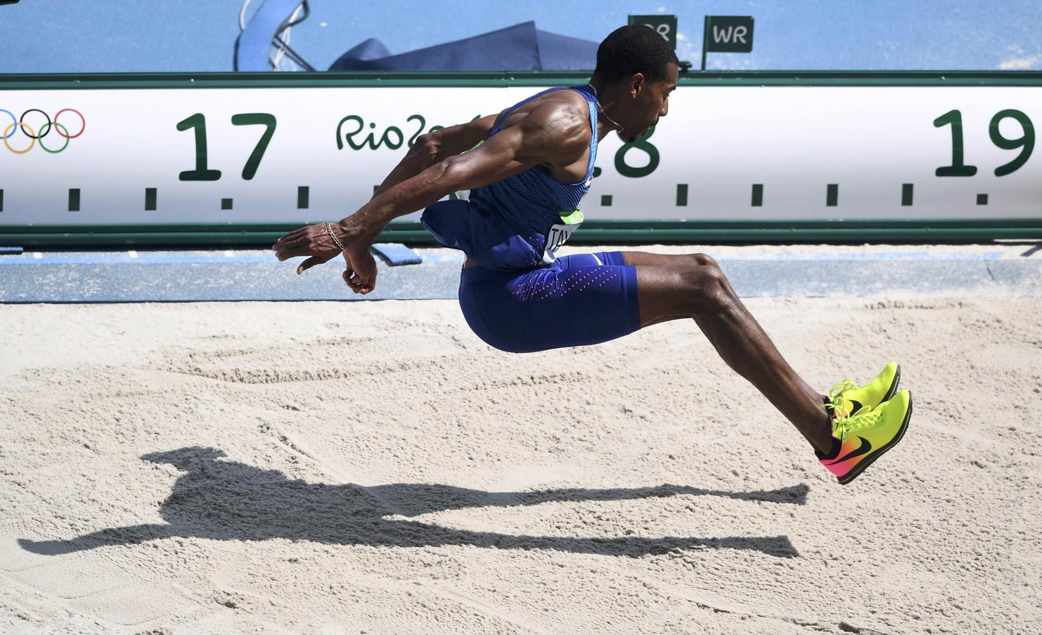 PÚBLICO - Dois americanos passaram 18m no triplo salto