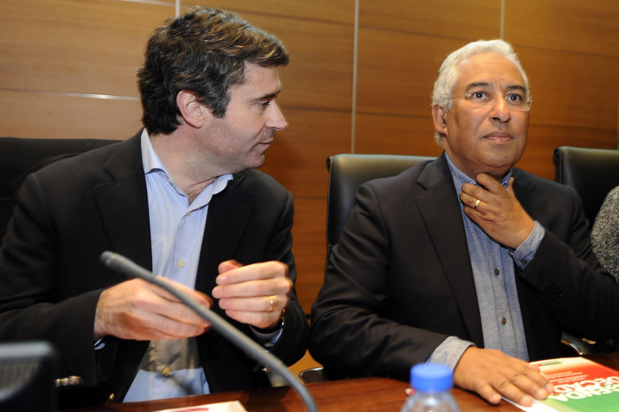 PÚBLICO - Governo admite reforçar apoio financeiro aos portugueses na Venezuela