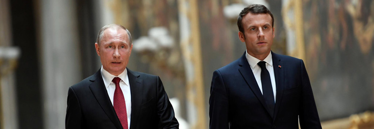 PÚBLICO - Ao lado de Putin, Macron denuncia propaganda russa