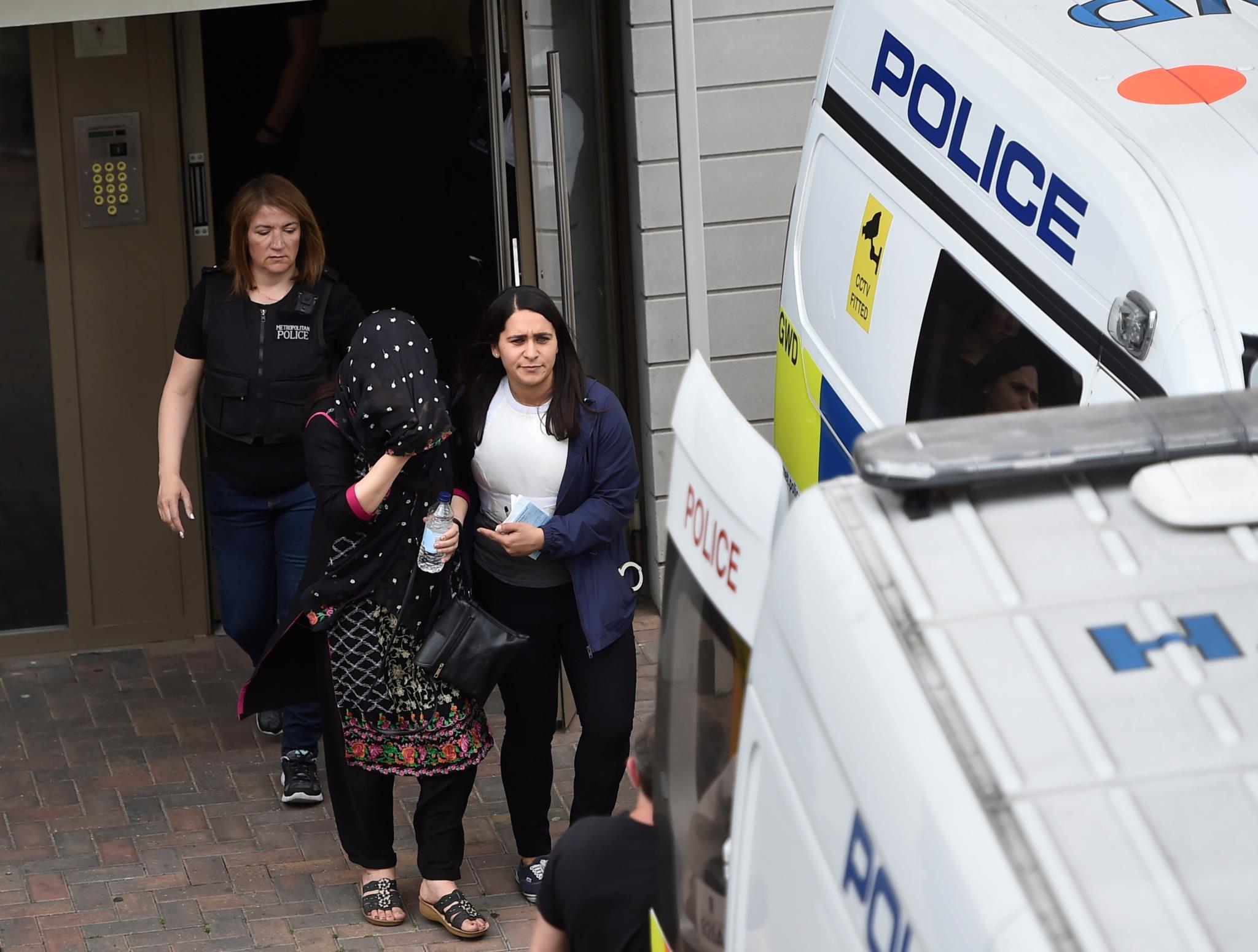 A polícia acompanha um dos detidos