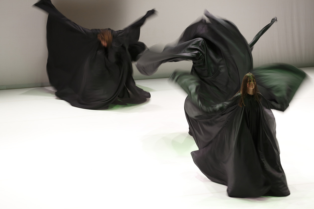 PÚBLICO - Desconcertantes serpentinas negras