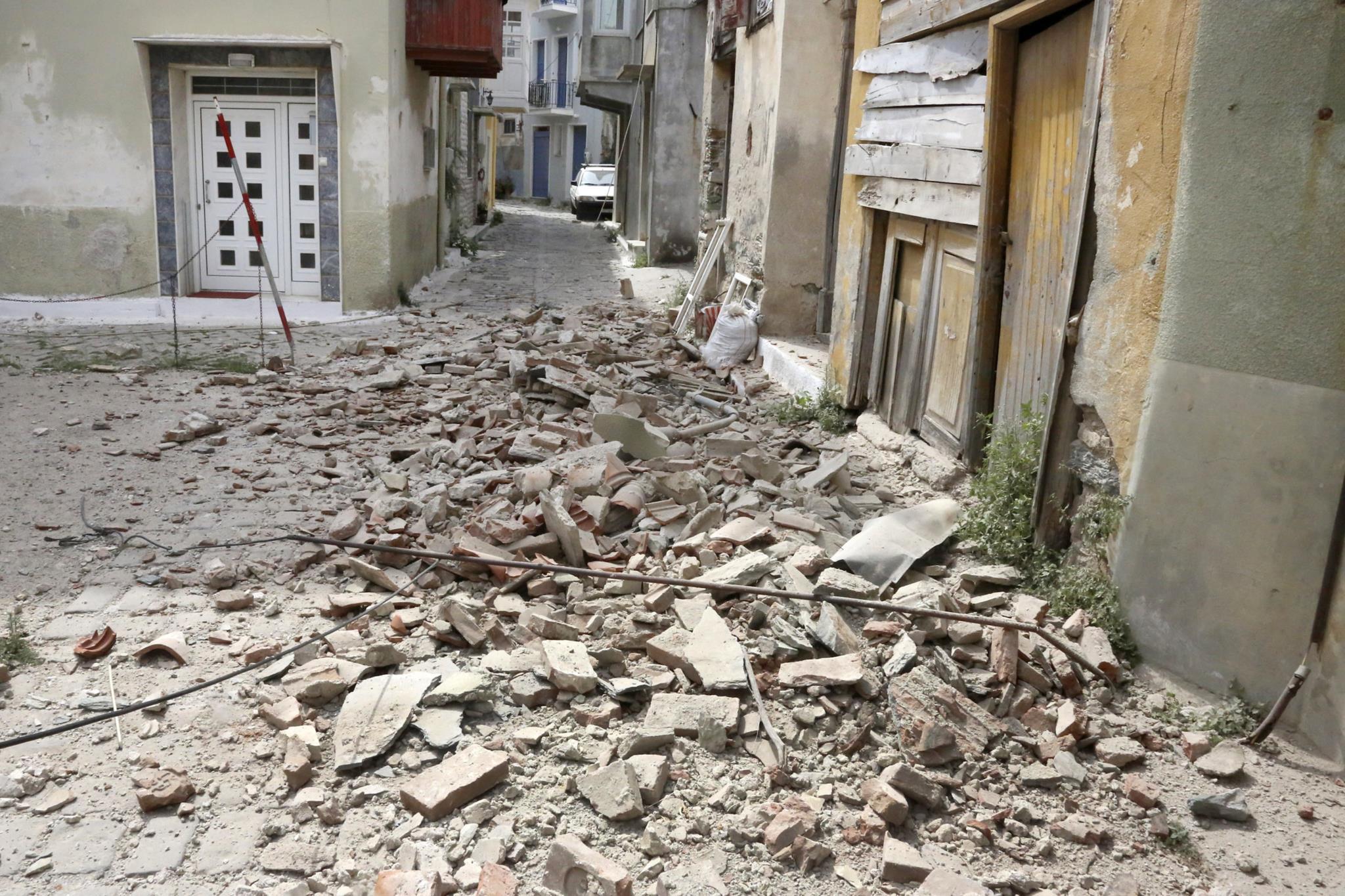A destruição na vila de Plomari, uma das mais afectadas na Grécia