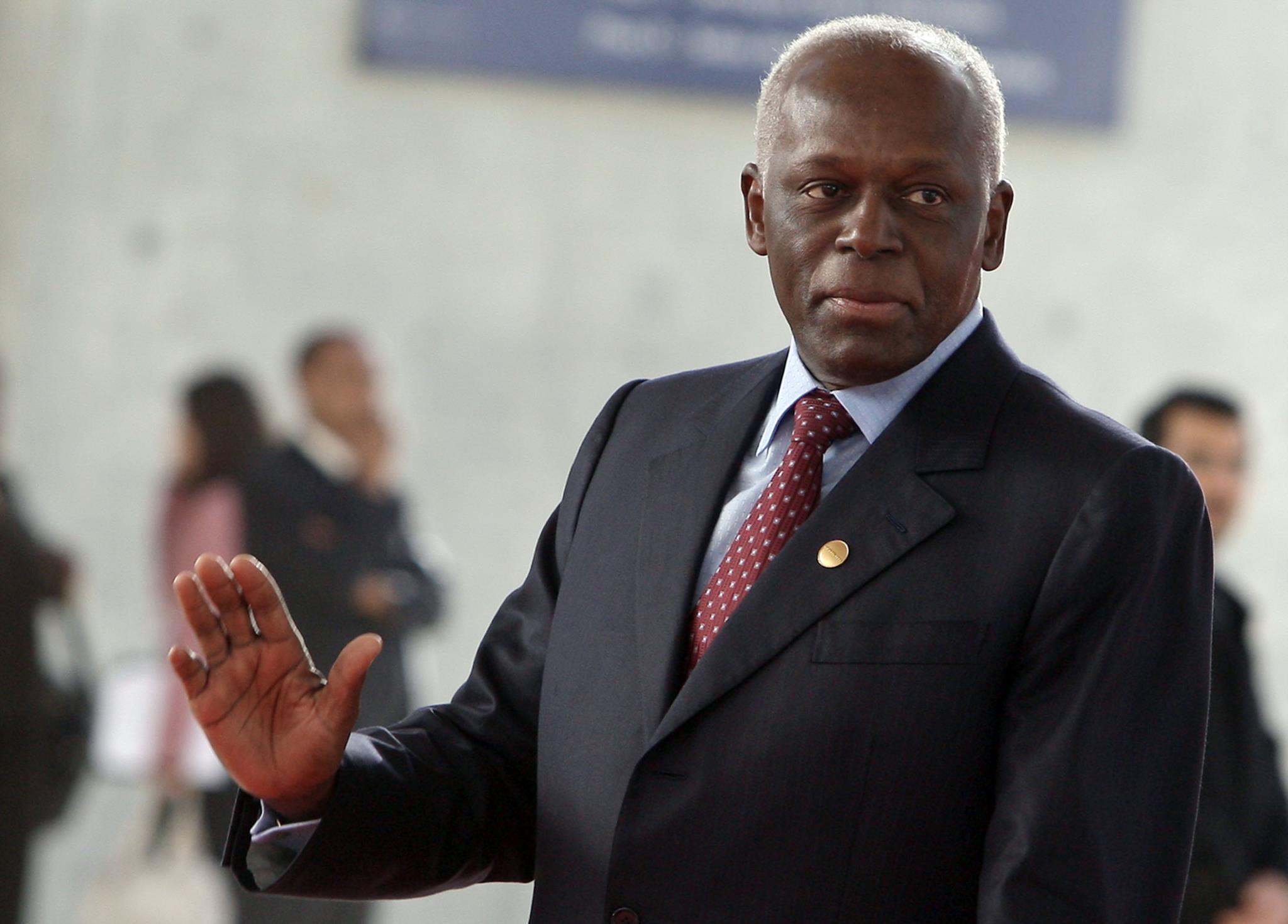 José Eduardo dos Santos, actual Presidente, beneficiará do novo regime
