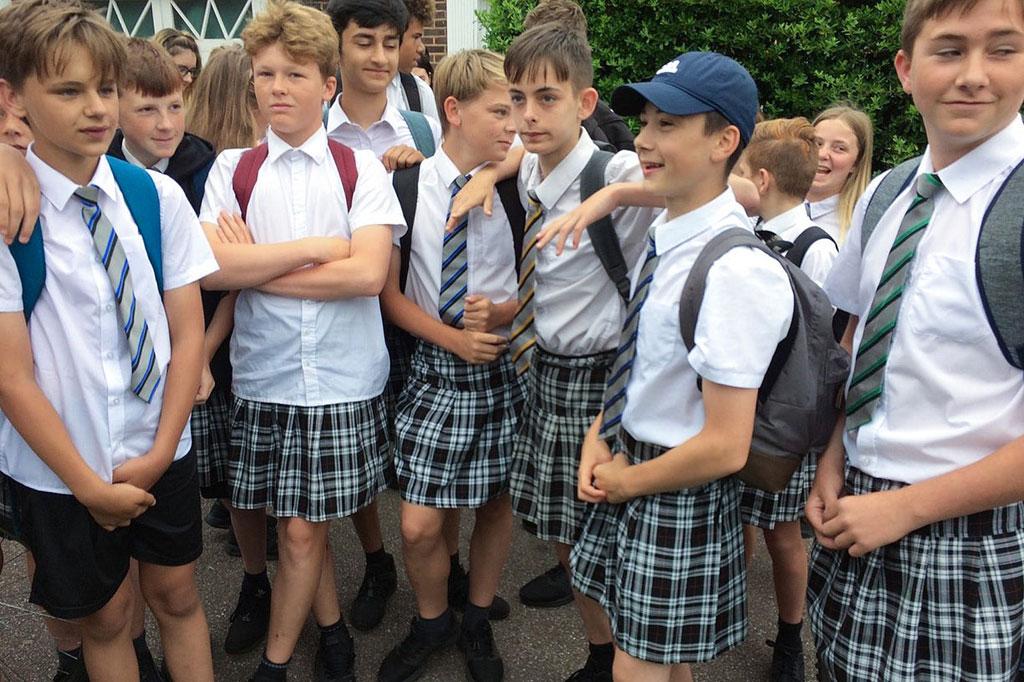 PÚBLICO - Como não os deixam usar calções, estes rapazes usam saias