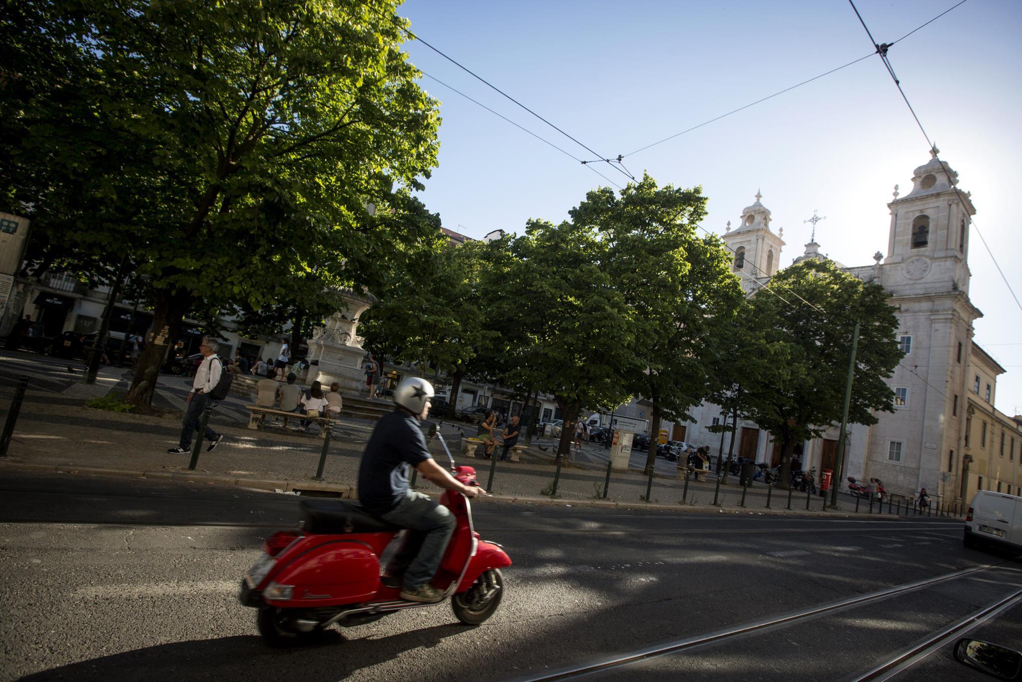 PÚBLICO - Motociclistas vão poder andar em mais faixas bus de Lisboa e ter 1450 novos lugares