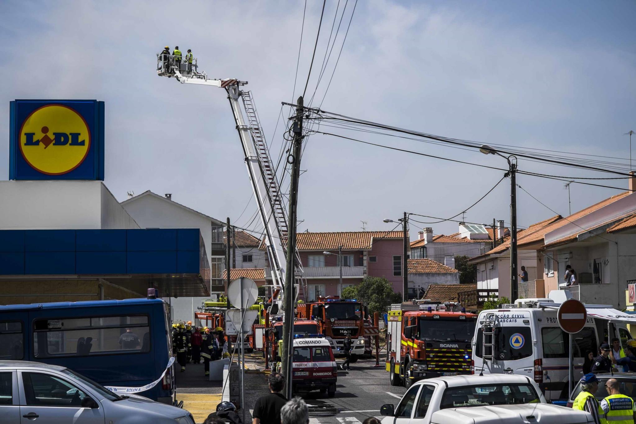 PÚBLICO - Avião que caiu em Tires perdeu o controlo e explodiu no solo, diz relatório