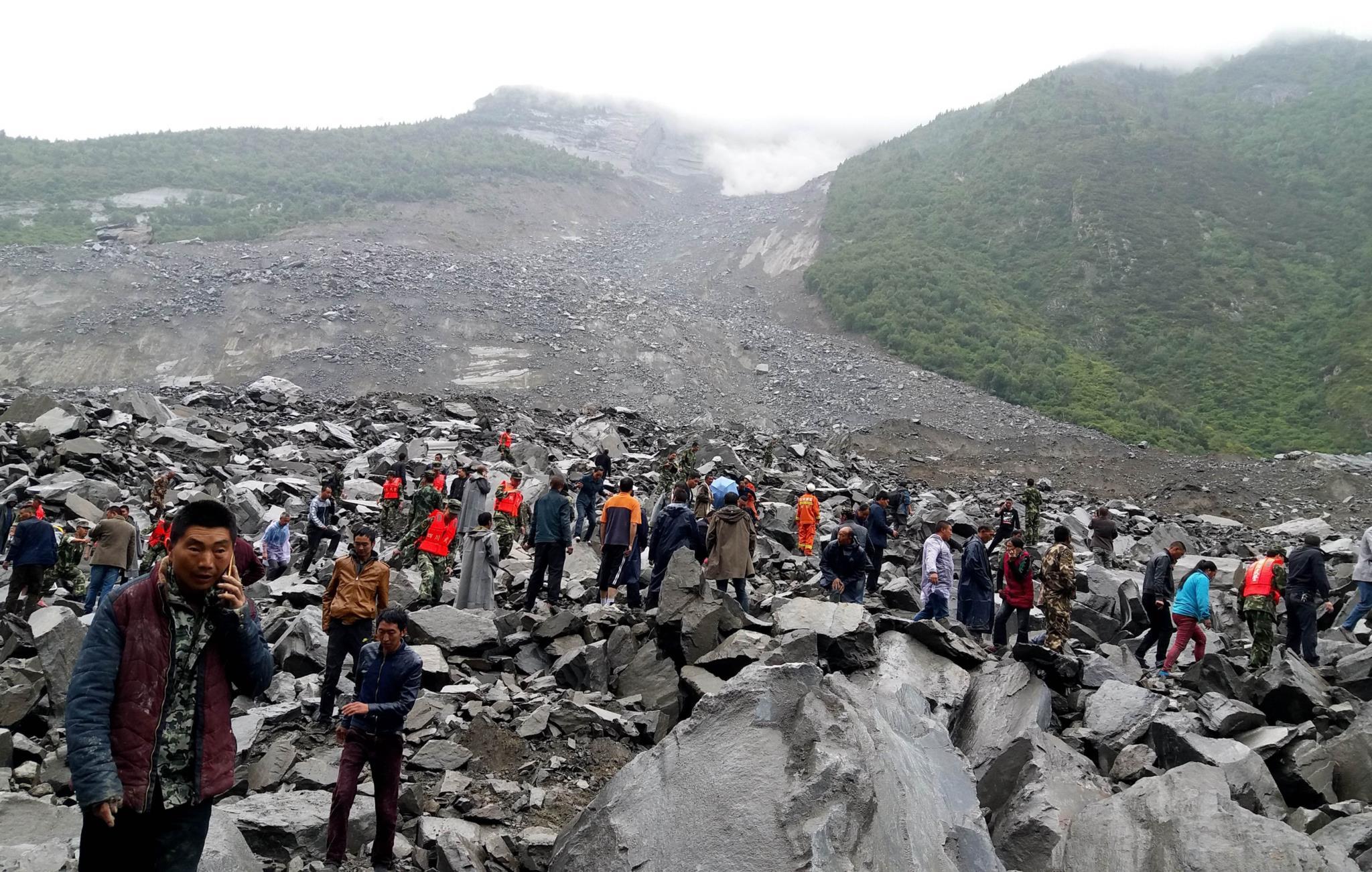 PÚBLICO - Desabamento de terras na China 141 pessoas soterradas