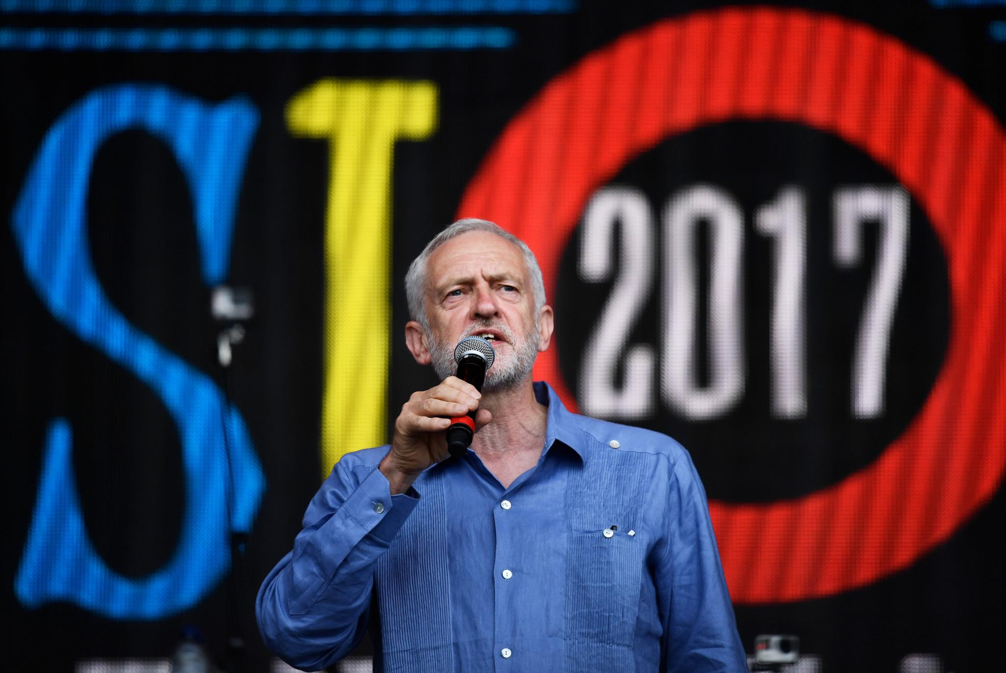 PÚBLICO - Ao segundo dia Glastonbury rendeu-se aos Foo Fighters e a… Jeremy Corbyn