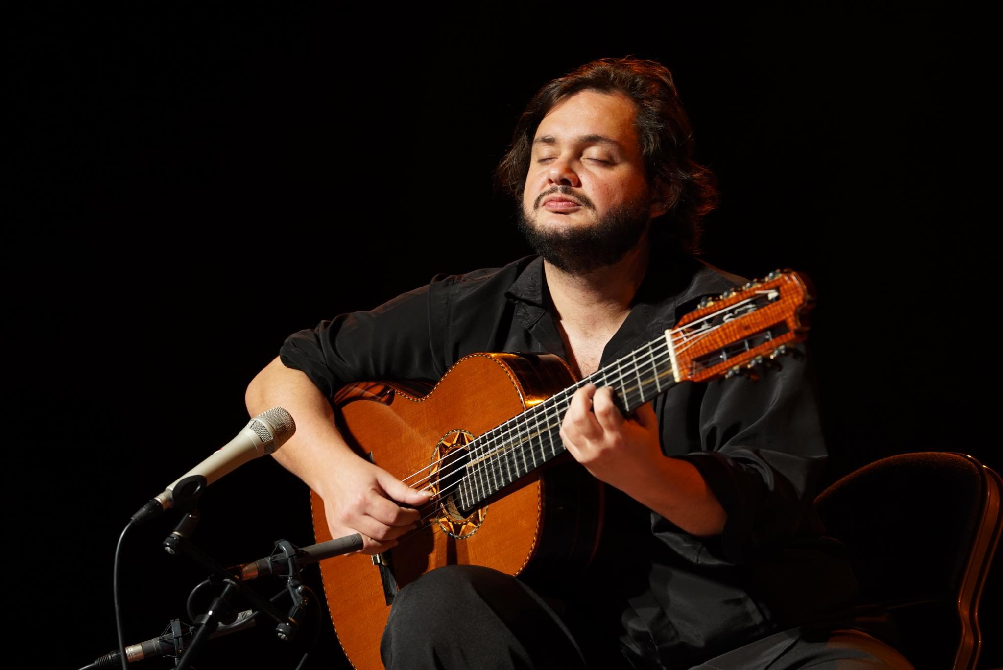 PÚBLICO - Yamandu Costa, a bênção do violão que dança e ri