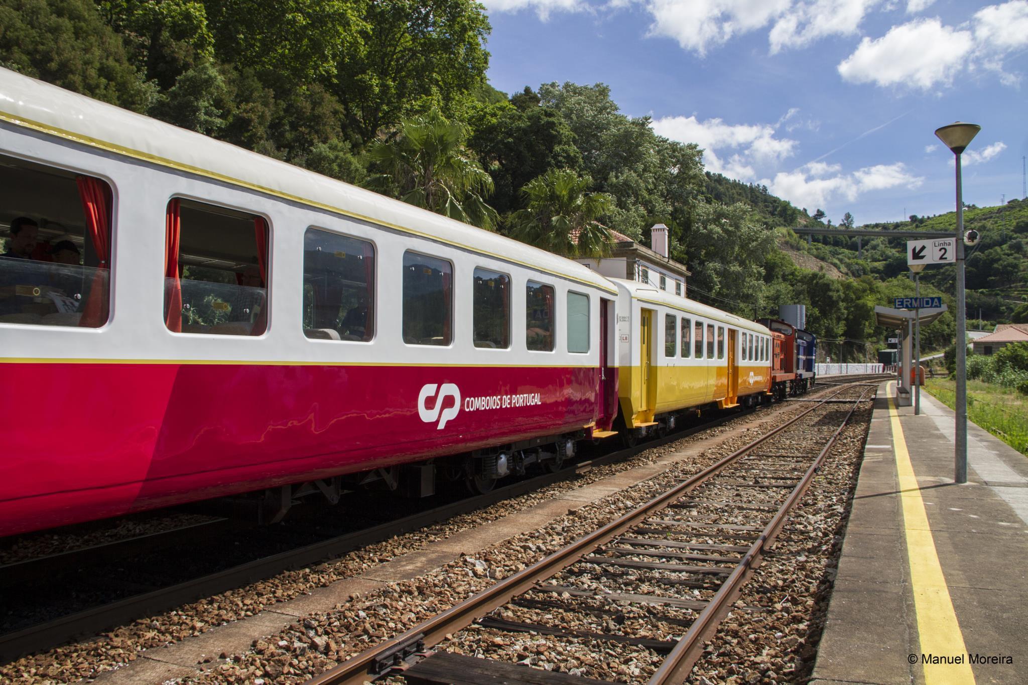 PÚBLICO - Do Porto à estação do Tua, num comboio dos anos 40