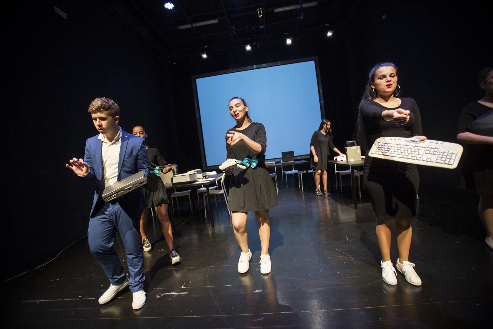 PÚBLICO - Eles fazem contas à vida e escrutinam o teatro como ninguém