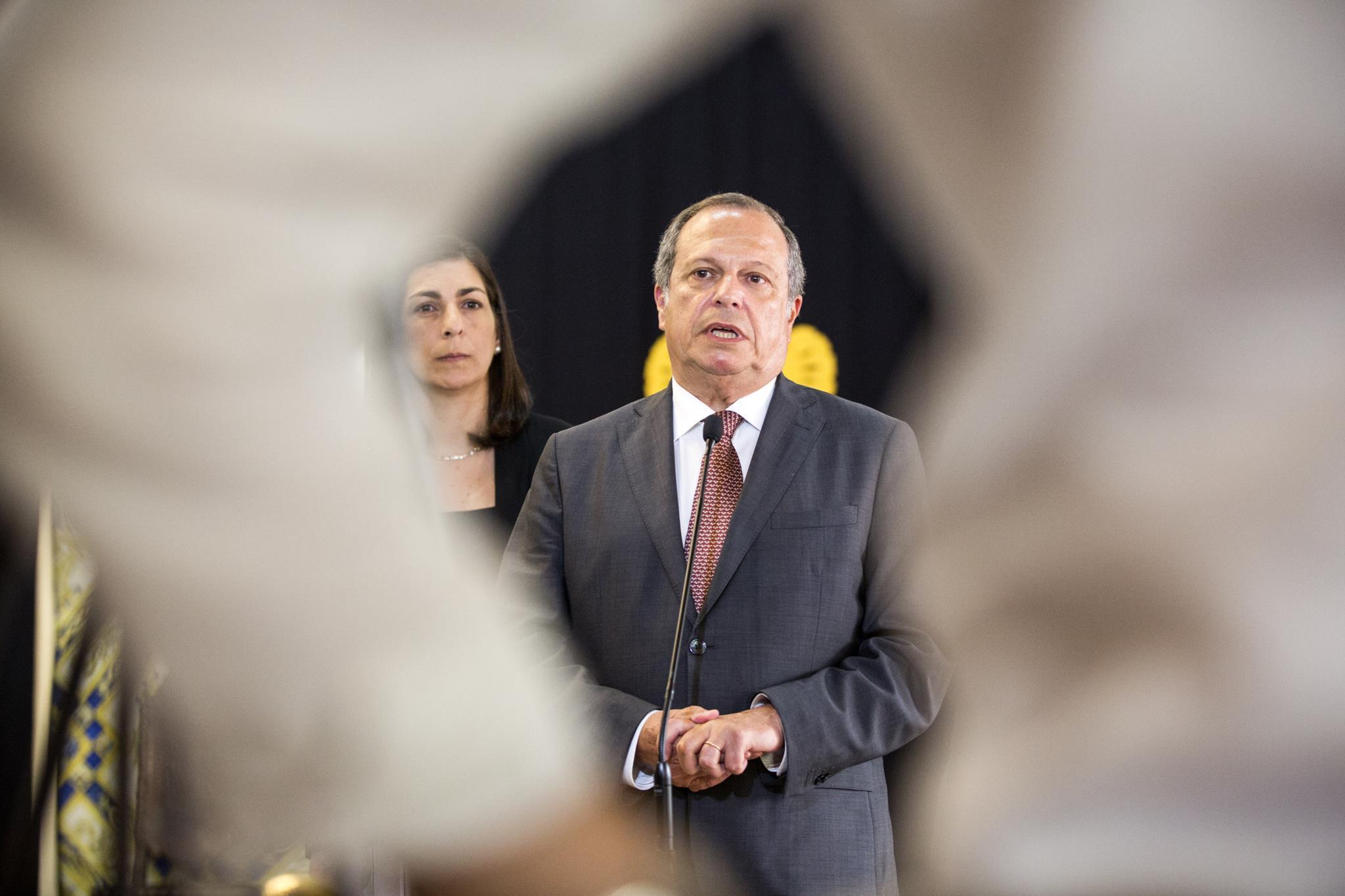 PÚBLICO - Carlos César quer novas regras para a banca já em 2018