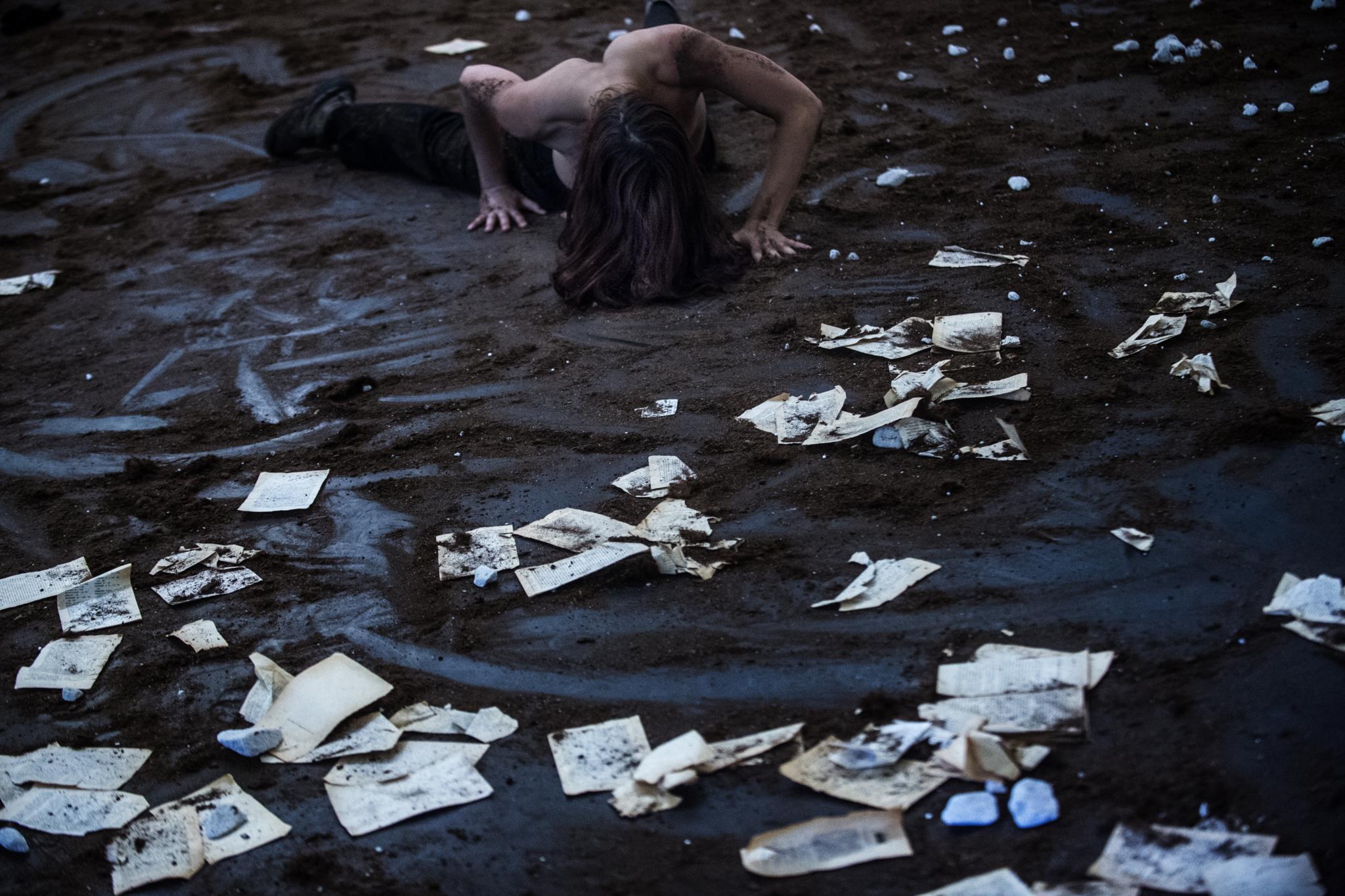 PÚBLICO - Gente perdida por entre a poeira