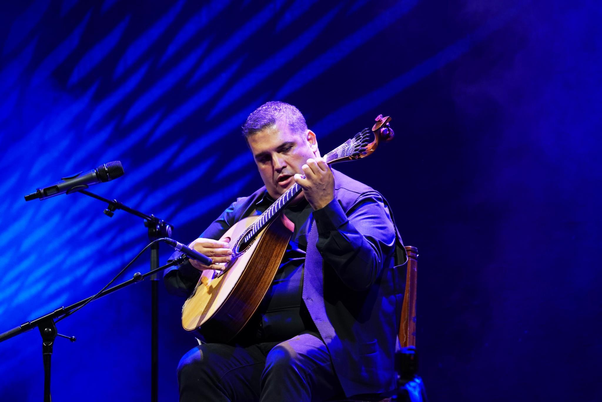 PÚBLICO - O fado e mais além, na guitarra sábia de José Manuel Neto