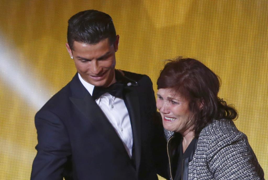 PÚBLICO - Gentil Martins mantém o que diz sobre gays e barrigas de aluguer mas pede desculpa à mãe de Ronaldo