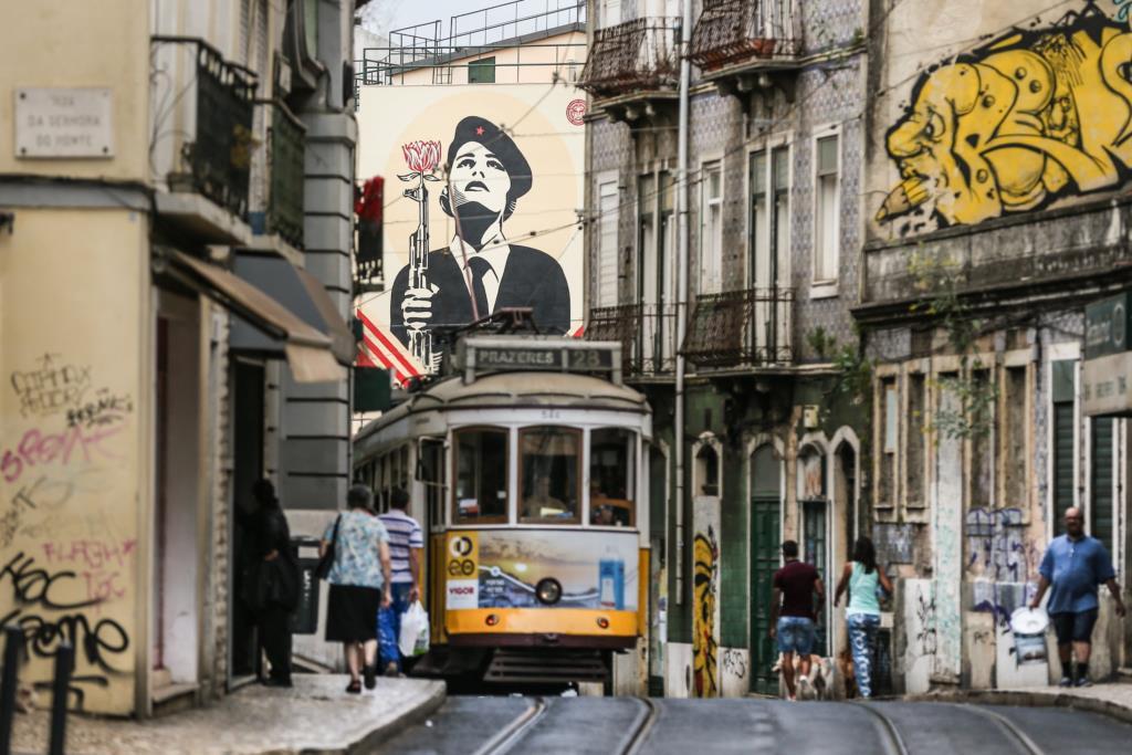 """PÚBLICO - Lisboa ganha murais de Shepard Fairey, criador de """"Obama Hope"""", um a meias com Vhils"""