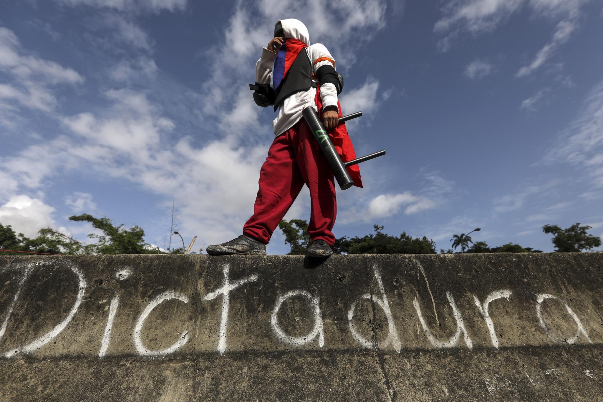 PÚBLICO - As ruas de Venezuela: desertas, bloqueadas e a arder