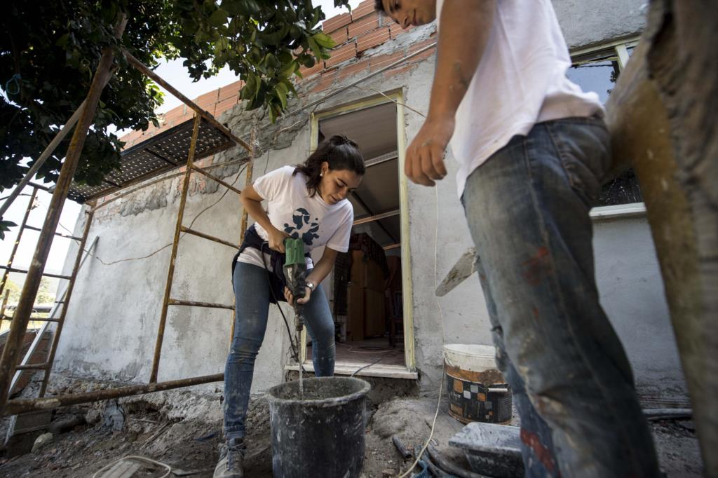 PÚBLICO - Estudantes estão a mudar a casa (e a vida) de famílias carenciadas