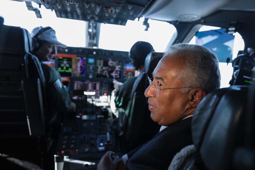 O primeiro-ministro António Costa a bordo de um KC 390 da Embraer durante uma viagem entre São Paulo e o Rio de Janeiro