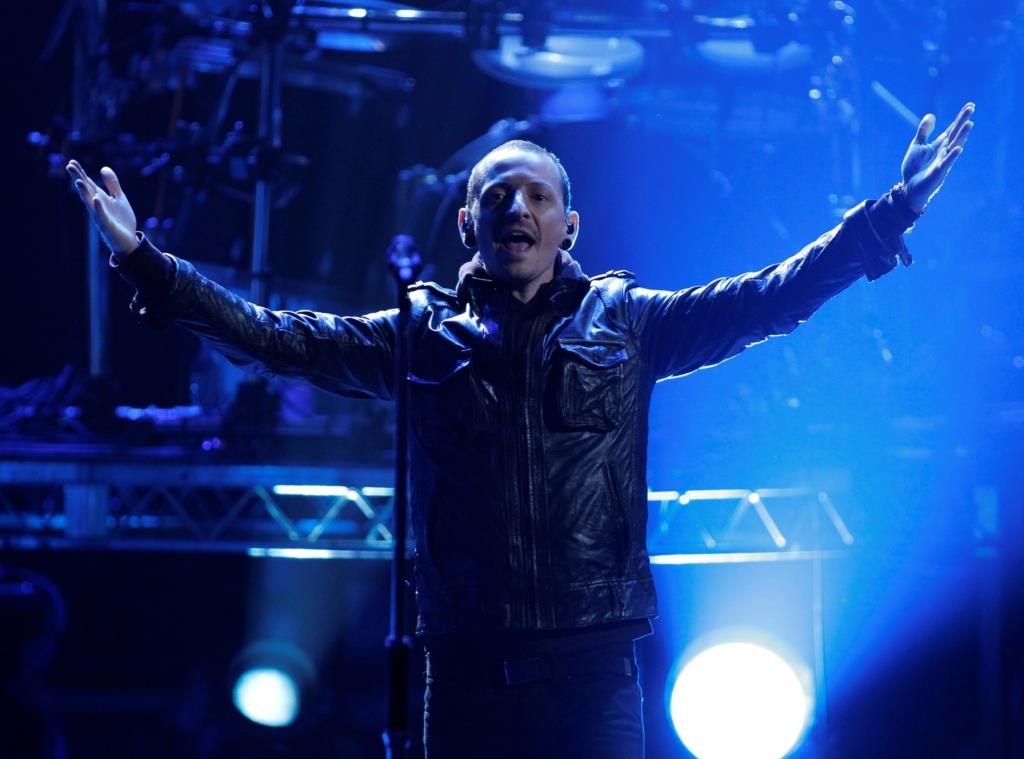 "PÚBLICO - No tributo a Chester Bennington, Linkin Park recordam que ""os demónios estiveram sempre presentes"""