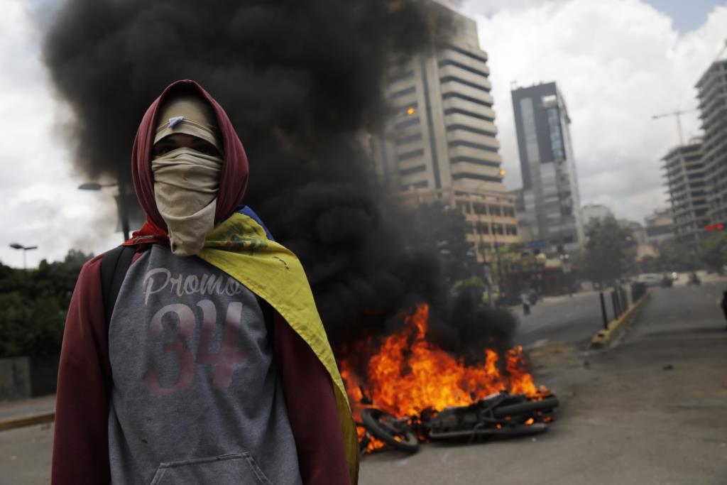 Manifestante da oposição durante protesto anti-Constituinte em Caracas no domingo