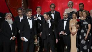 David Benioff e D. B. Weiss no centro, com um Emmy na mão