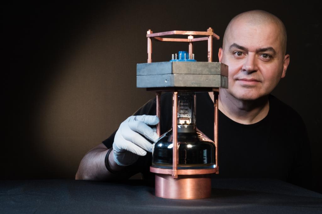 Juan Collar, um dos investigadores, com o detector de neutrinos usado nesta experiência