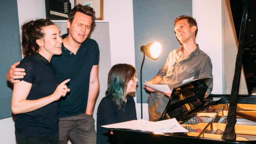 As vozes e os autores de <i>36 Questions</i> durante a gravação