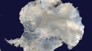 Os vulcões estendem-se ao longo de 3500 quilómetros, na Antárctica Ocidental, na parte de baixo da imagem