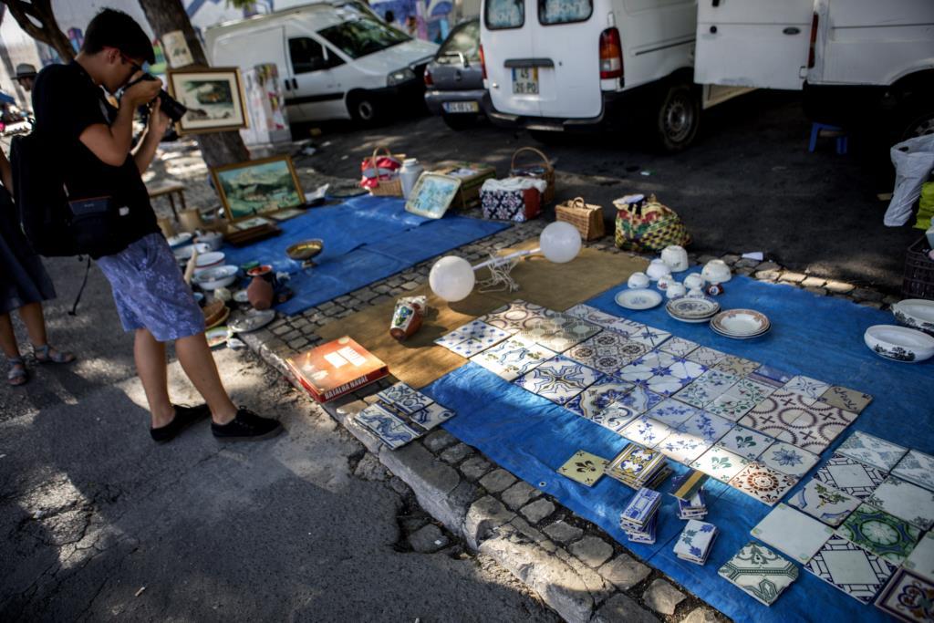 PÚBLICO - A lei protege os azulejos mas há quem os continue a vender