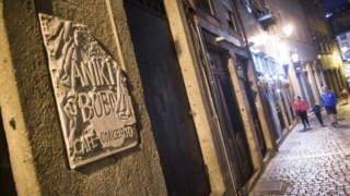 A placa com o nome do bar histórico continua colocada, mas as portas estão fechadas
