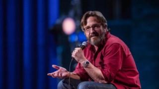Marc Maron, cómico de <i>stand-up</i>, passa uma boa parte de <I>Too Real</i> sentado num banco