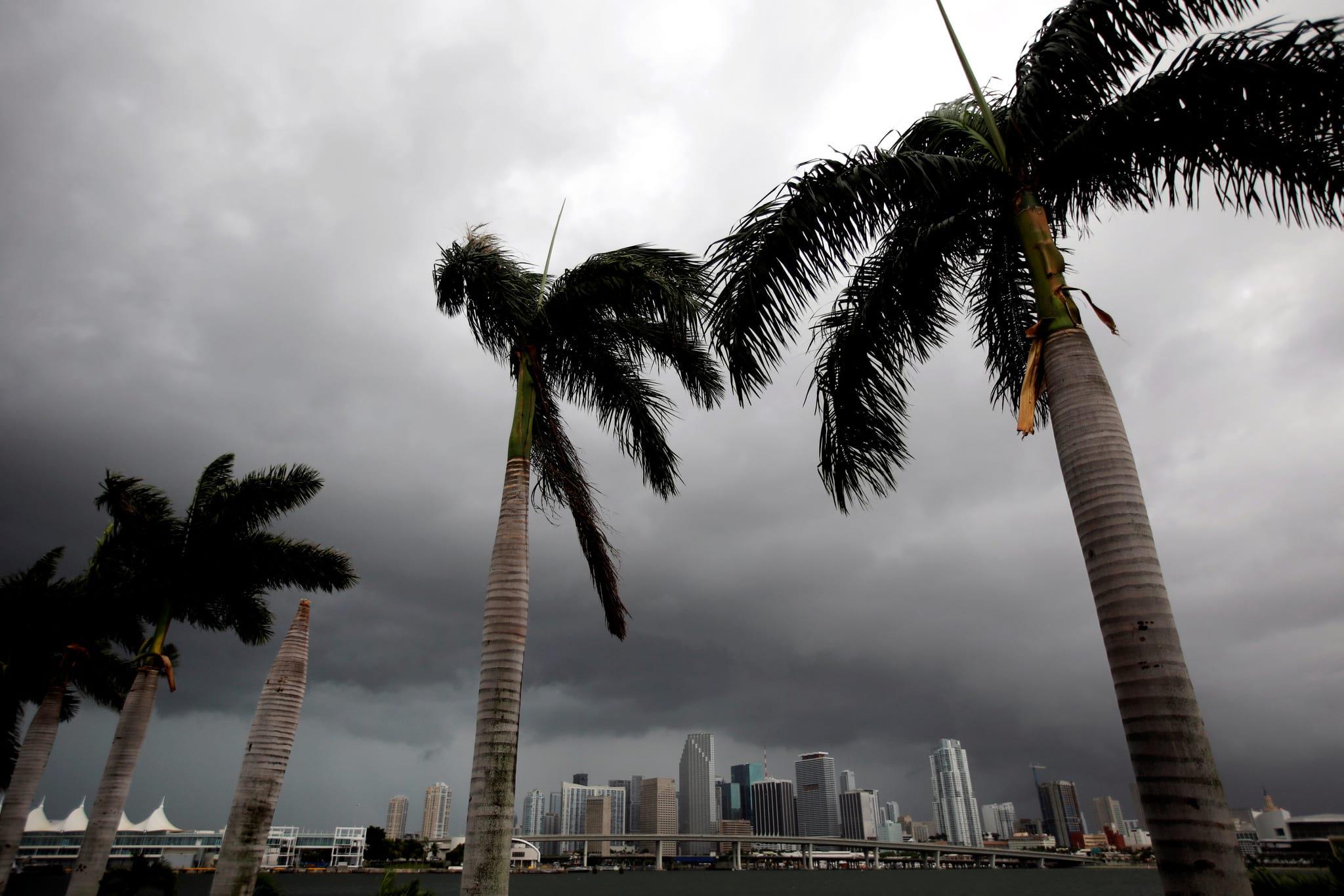 Nuvens negras escurecem o céu em Miami, a poucas horas da chegada do <i>Irma</i> à Florida