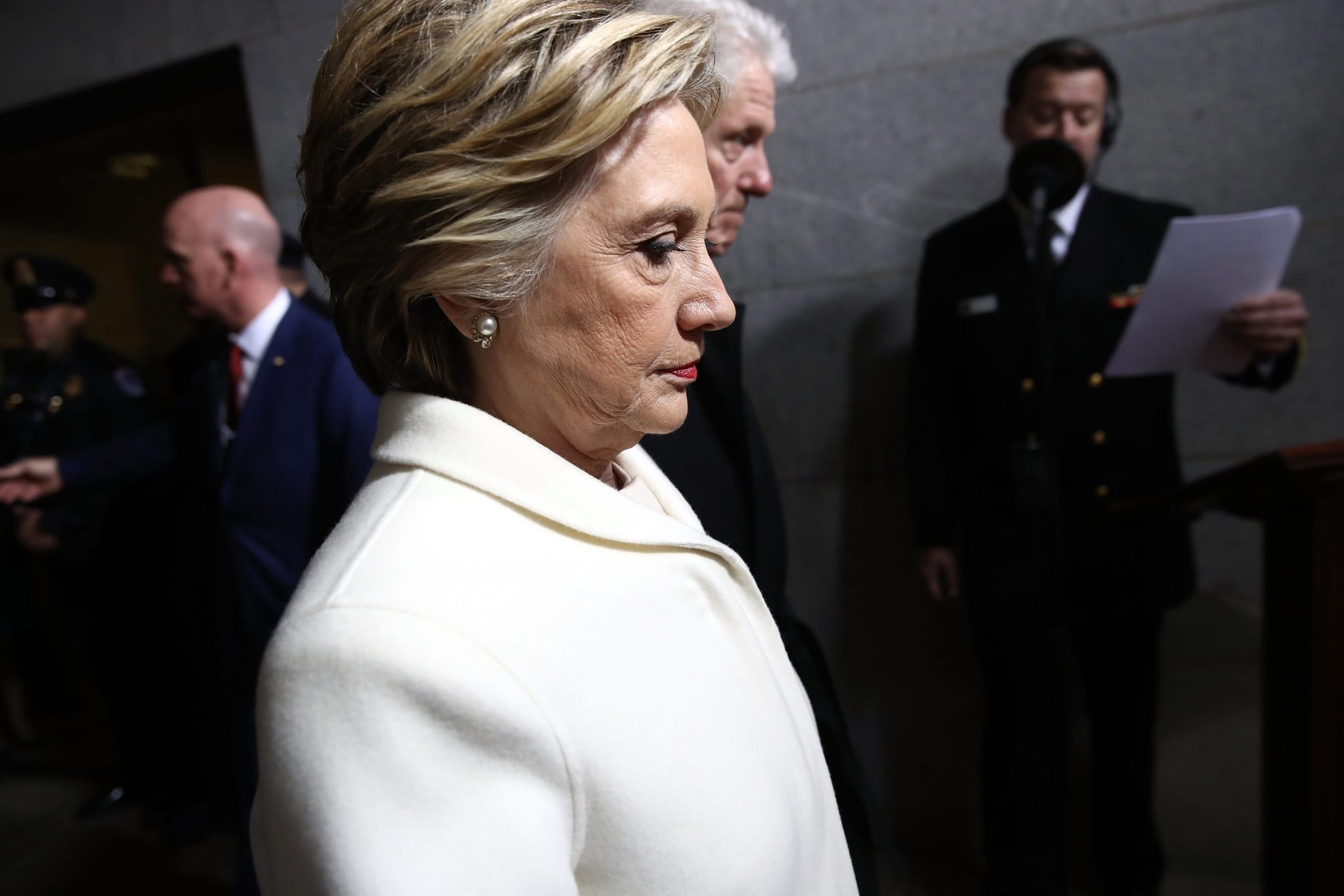 Clinton diz que Sanders prejudicou-a junto dos mais progressistas ao ligá-la aos grandes interesses de Wall Street