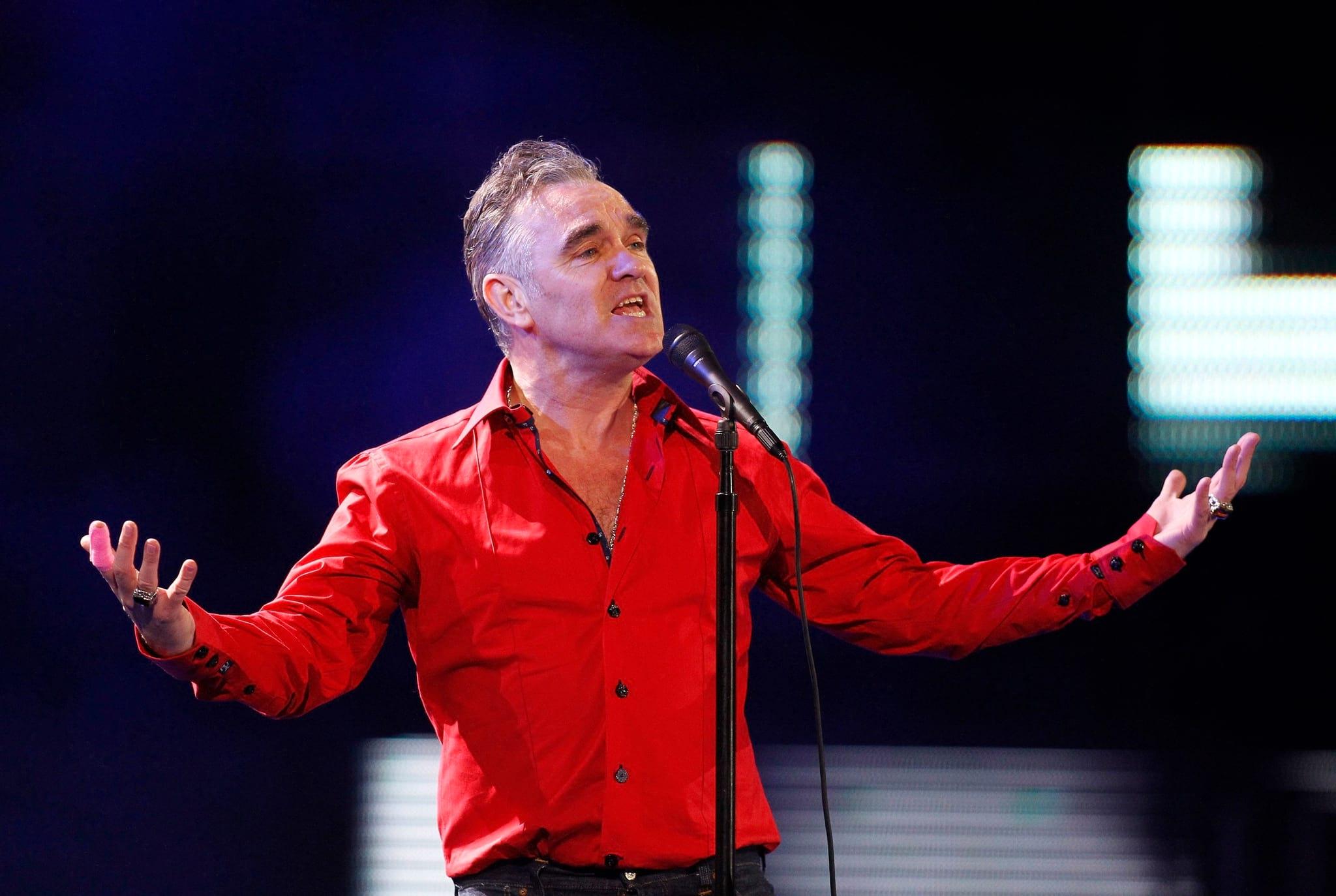 """PÚBLICO - """"Parem de ver as notícias"""", diz Morrissey no seu novo <i>single</i>,<i> Spent the day in bed</i>"""